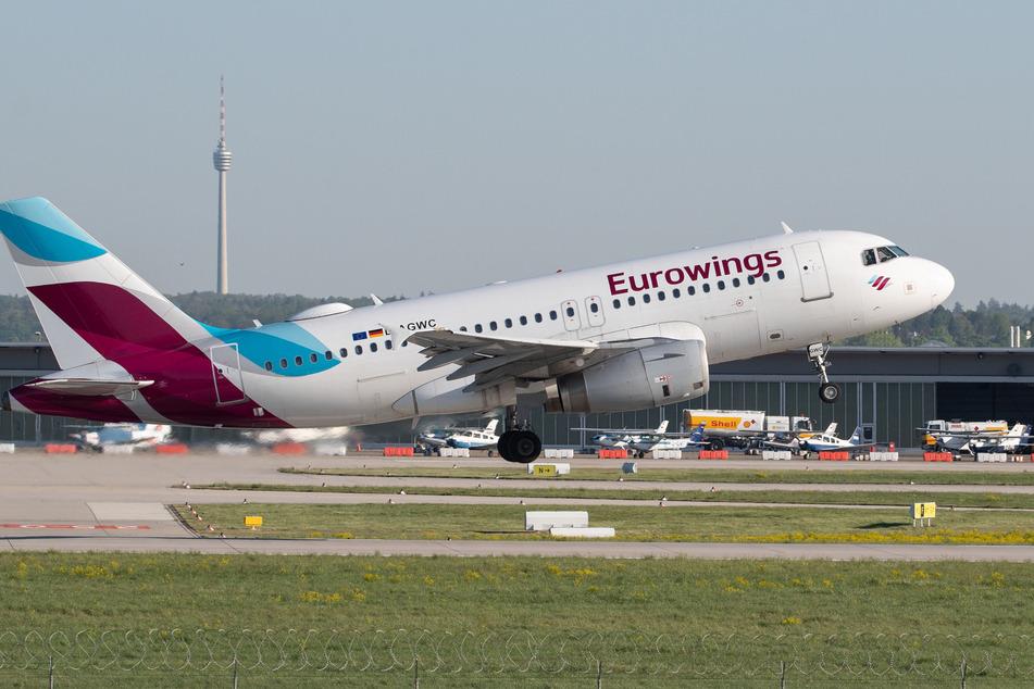 Ein Flugzeug der Eurowings startet auf dem Flughafen Stuttgart, im Hintergrund ist der Fernsehturm zu sehen.