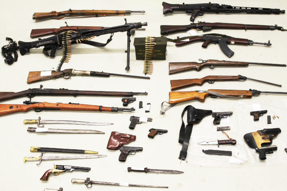 Polizei findet bei Mann Lager mit Kriegswaffen und Munition vor