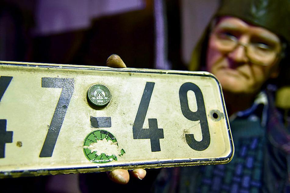 Das alte DDR-Nummernschild mit Prägemarke hat der Rentner aufgehoben.