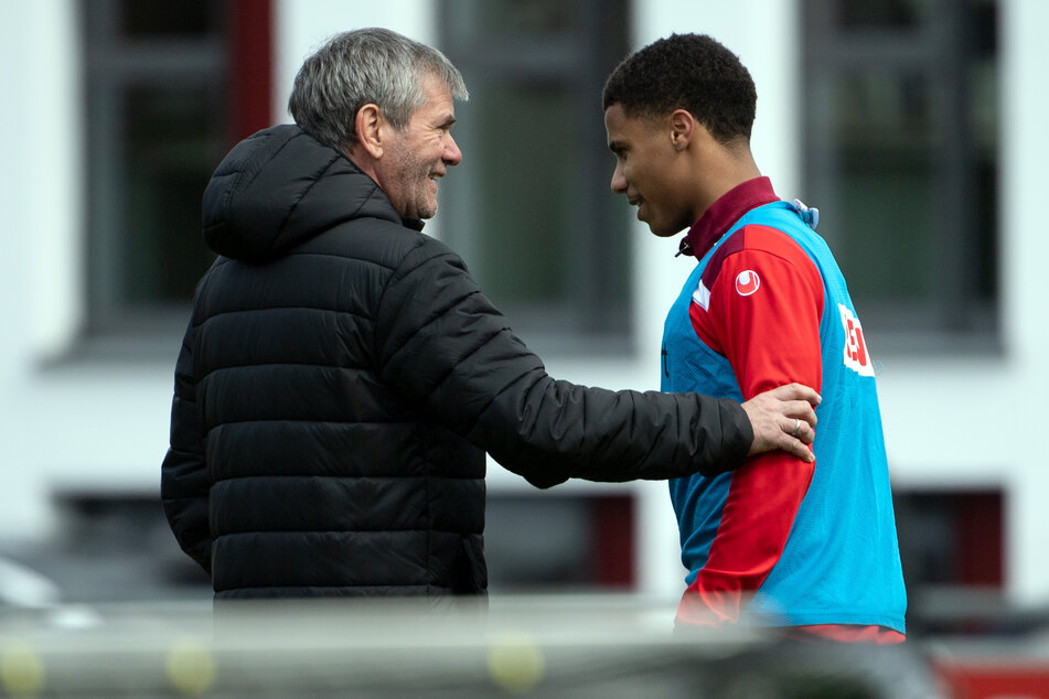 FC-Trainer Friedhelm Funkel (67) muss vorerst auf Ismail Jakobs (21). Der Kölner hat sich im Training verletzt.