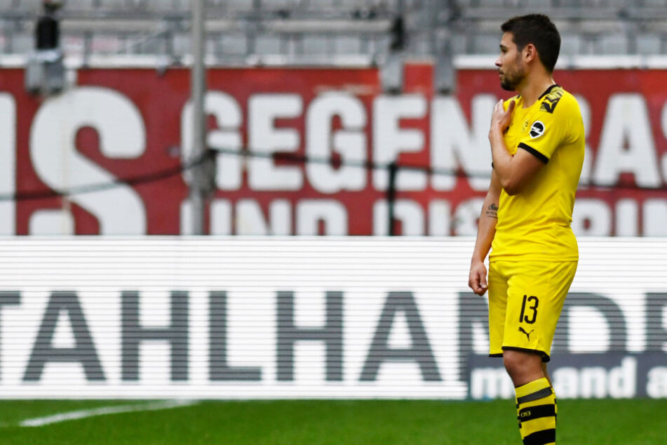Raphael Guerreiro zeigt es an: Schulter! Doch Schiri und Video-Assistent hatten die Szene vor dem aberkannten Führungstor des BVB anders gesehen.