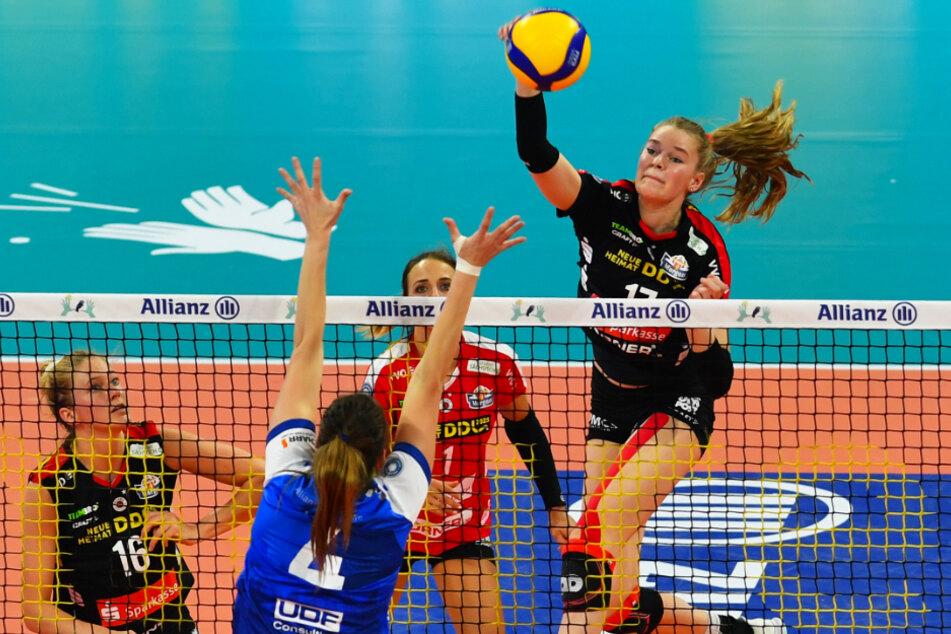 DSC-Ass Camilla Weitzel schmettert hier den Ball an Stuttgarts Blockerin Juliet Lohius vorbei.