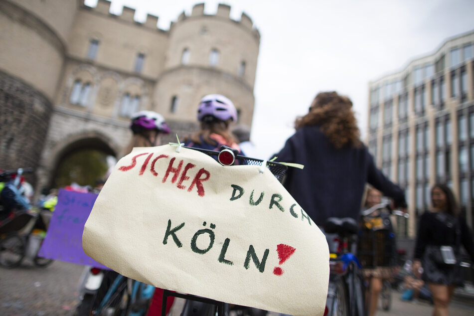 Kinder demonstrieren für sichere Fahrradwege in Köln.