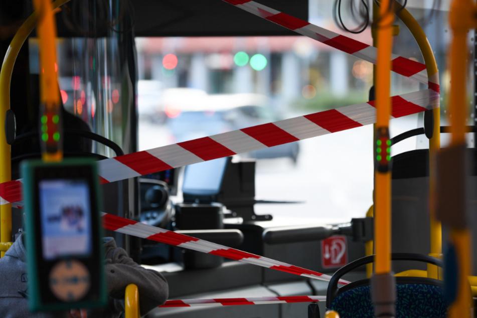 Durch Absperrband ist der Fahrgastraum in einem Linienbus vom Bereich des Busfahrers getrennt.