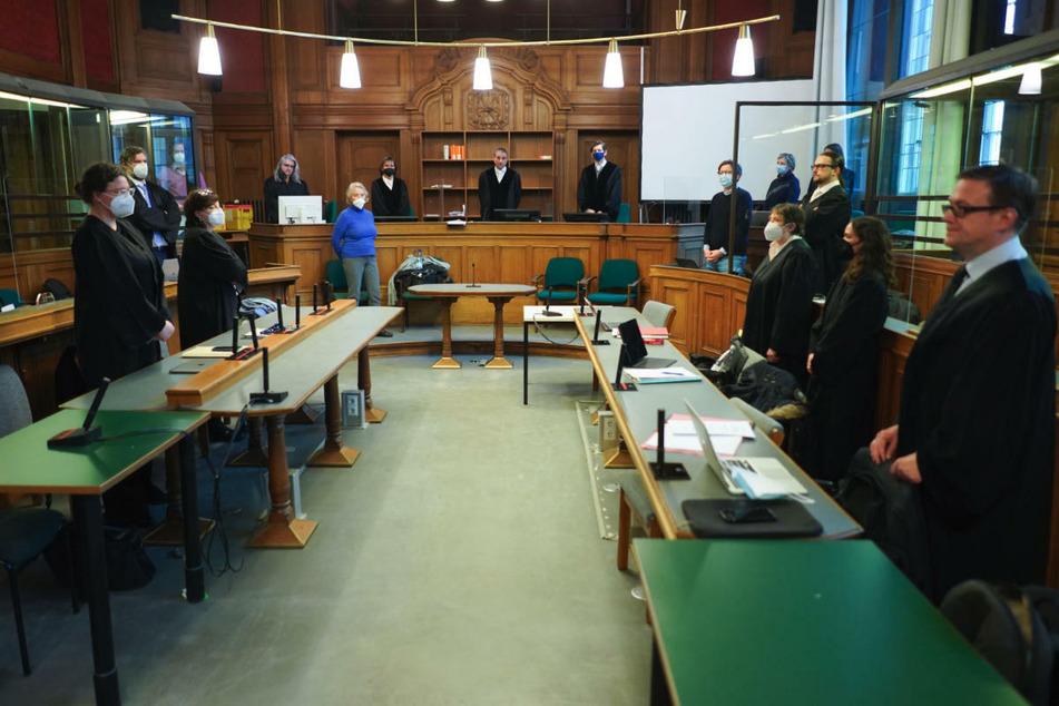 Teilnehmer eines Prozesses gegen einen 30-jährigen mutmaßlichen Serienvergewaltiger stehen im Saal 500 des Landgerichts Berlin. Am Montag wird das Urteil erwartet.