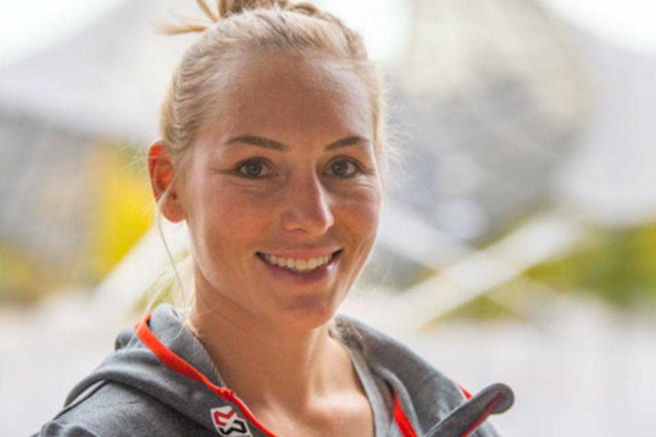Selina Jörg, Snowboarderin, steht im Rahmen der Pressekonferenz von Snowboard Germany vor dem Olympiastadion.