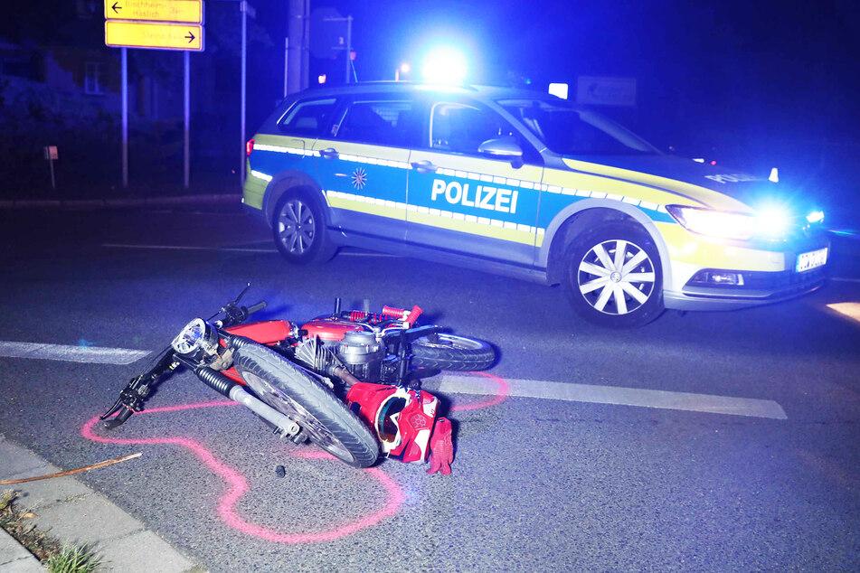 Bei dem Zusammenstoß stürzte der Mopedfahrer auf die Straße.
