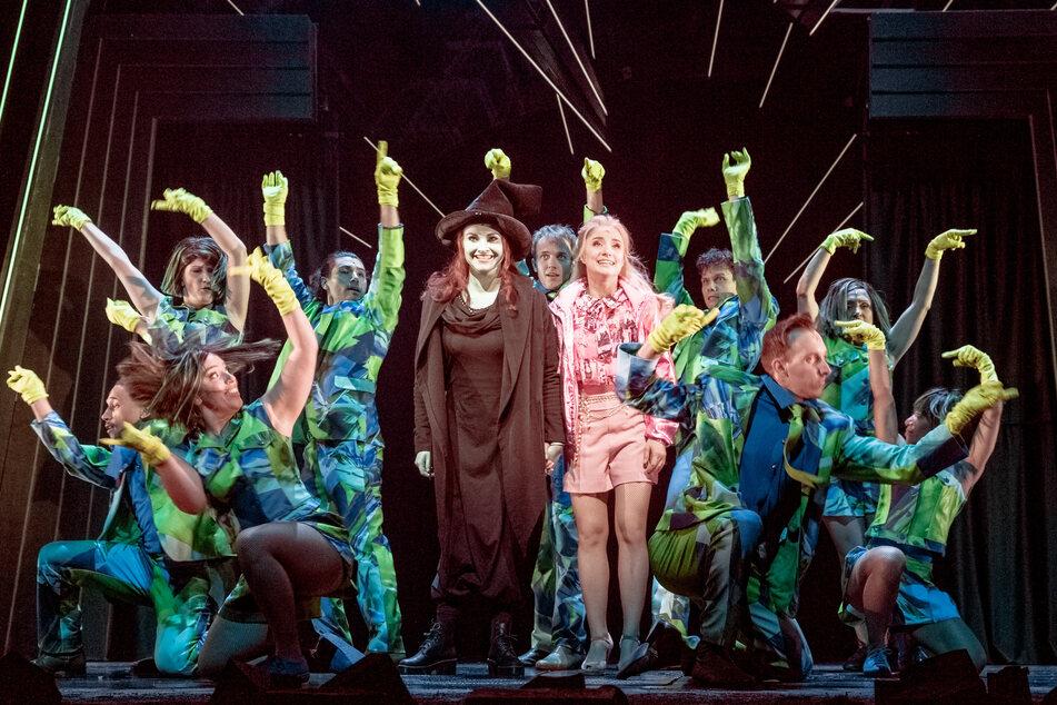 """Die Ensemblemitglieder von """"Wicked"""" proben auf der Bühne des Hamburger Stage Theaters."""