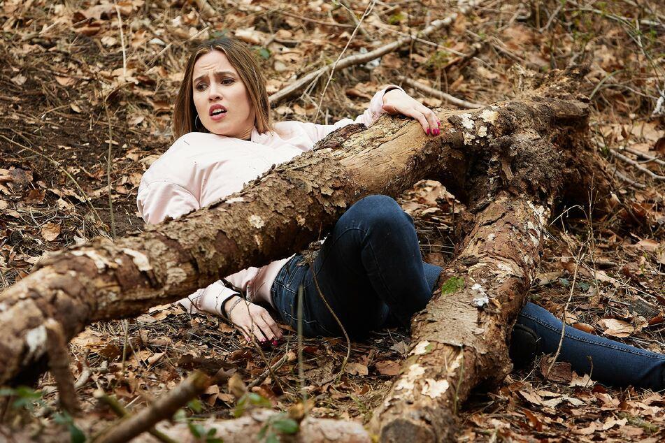 Beim Teamevent stürzt Chiara im Wald und klemmt unter einem dicken Ast fest.