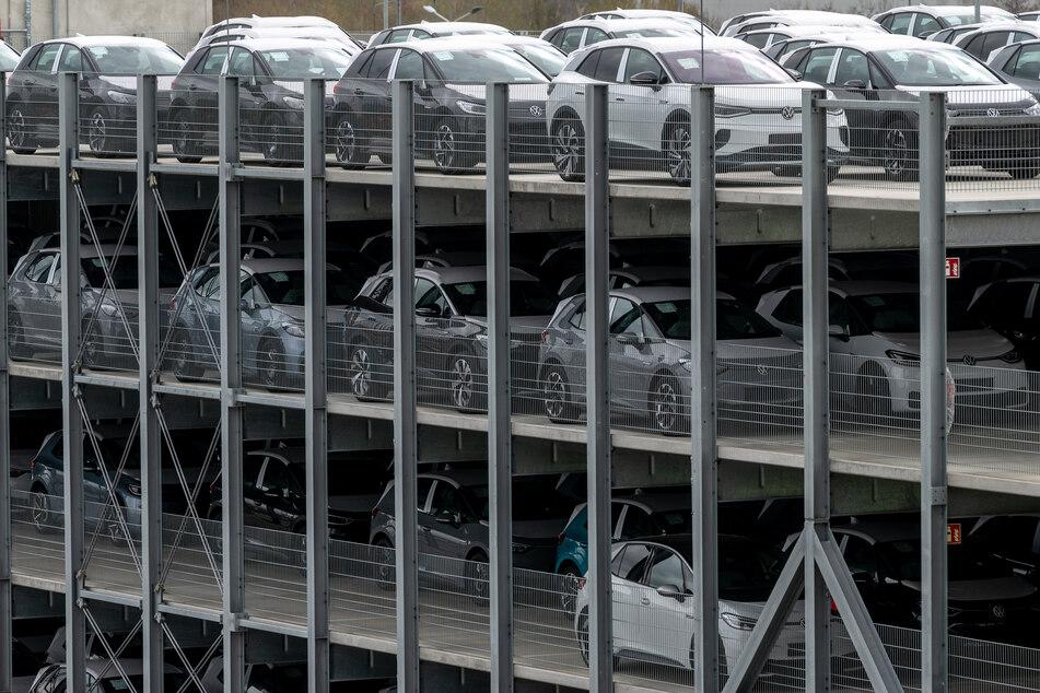 Neuwagen der neuen elektrischen Fahrzeuge ID.4 und ID.3 von Volkswagen parken in einem Parkhaus im Volkswagen Werk Zwickau. Das Corona-Tief in den Verkäufen schien bei VW zuletzt schon überwunden.