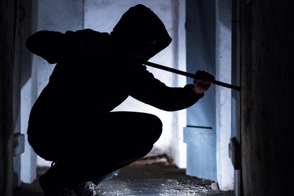 Einbrecher entdeckt Kinderpornografie, Besitzer hat skurrile Ausrede