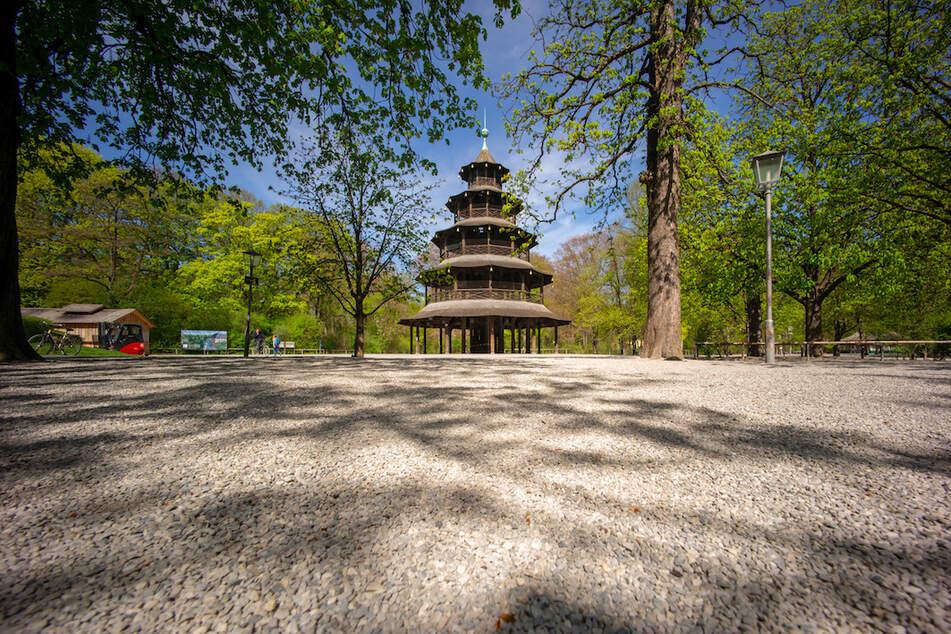Der chinesische Turm ragt im menschenleeren Biergarten im Englischen Garten in die Höhe.
