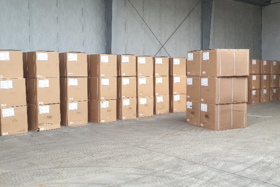 Paket an Paket reihte sich in den Lagerhallen.
