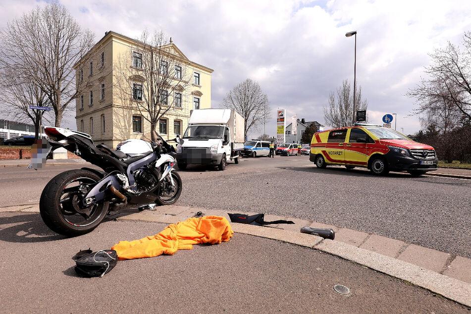 Rettungssanitäter kümmerten sich um den verletzten Biker.