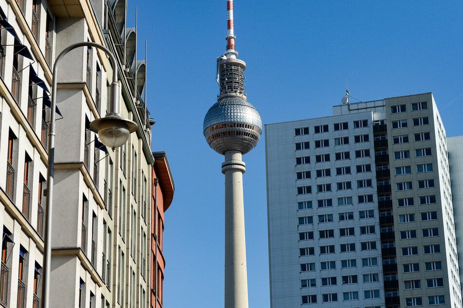 Der Fernsehturm ist zwischen sanierten Altbauten und einem Plattenbau-Hochhaus zu sehen.