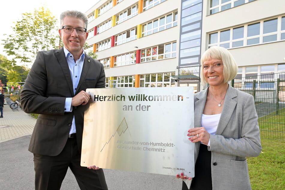 Sozialbürgermeister Ralph Burghart (50, CDU) und Schulleiterin Katja Wiedeburg (55) mit dem neuen Namensschild.