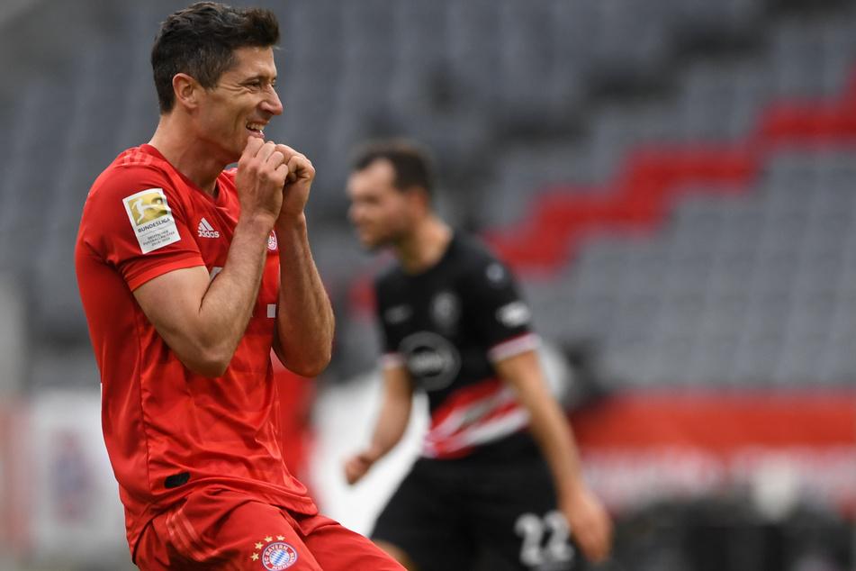 Trotz bislang 29 Toren in 27 Bundesliga-Spielen könnte es für Robert Lewandowski und den FC Bayern rein rechnerisch im Kampf um die Meisterschaft noch einmal eng werden.