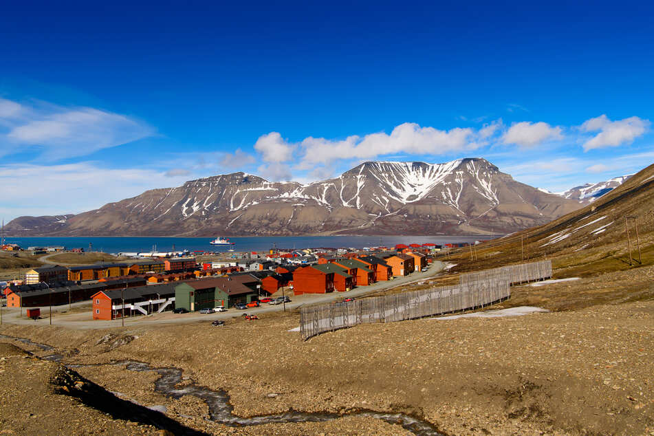 Blick auf Longyearbyen, dem Verwaltungszentrum von Spitzbergen.