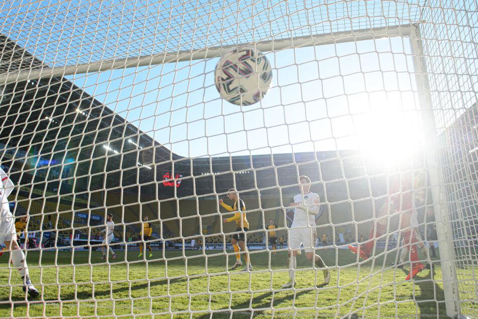 Da zappelt der Ball im Netz! Niklas Kreuzer (27, hinten, l.) hat volley abgezogen und zum 3:0 getroffen.