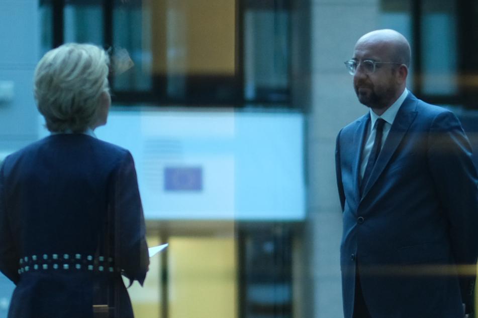 Charles Michel (r), Präsident des Europäischen Rates, und Ursula von der Leyen, Präsidentin der Europäischen Kommission, unterhalten sich am 24. April.