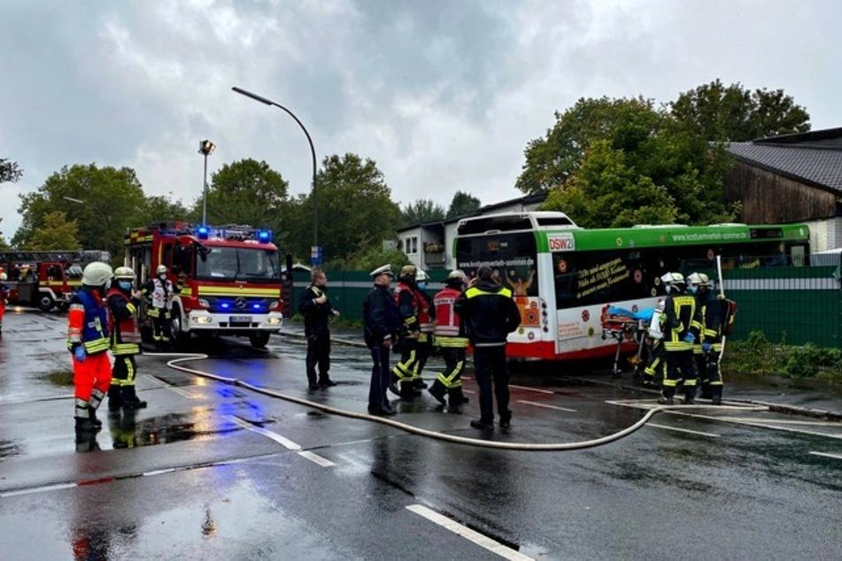 Ein Linienbus ist in Dortmund in eine Häuserfront gekracht.