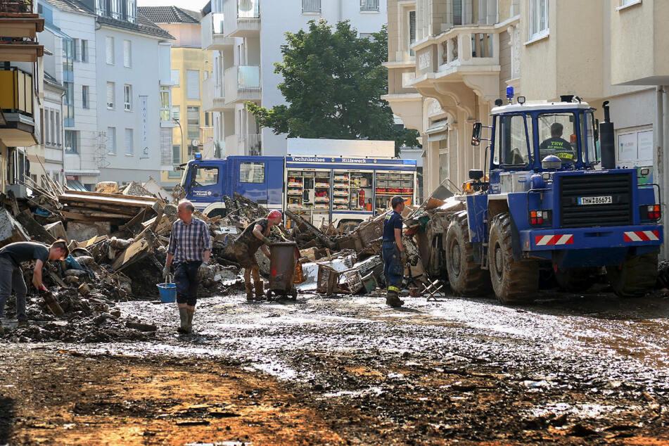 Mitarbeiter des Technischen Hilfswerks (THW) helfen bei Aufräumarbeiten nach der Unwetterkatastrophe in Ahrweiler.