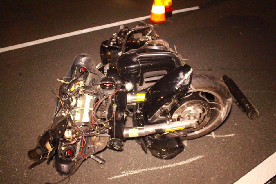 Das Motorrad des Unfallopfers liegt demoliert auf der Fahrbahn.