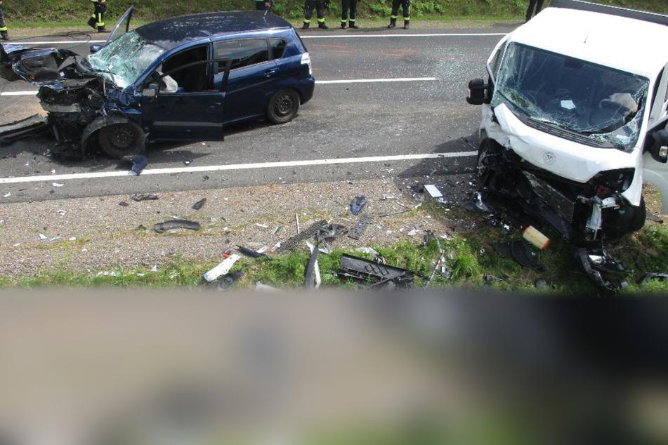 Vergeblich versuchte der Fahrer eines Citroën-Transporters ein Ausweichmanöver. Die Kollision mit einem Toyota konnte jedoch nicht mehr verhindert werden.