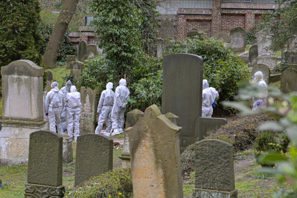 Ermittler der Mordkommission stehen um die Leiche.