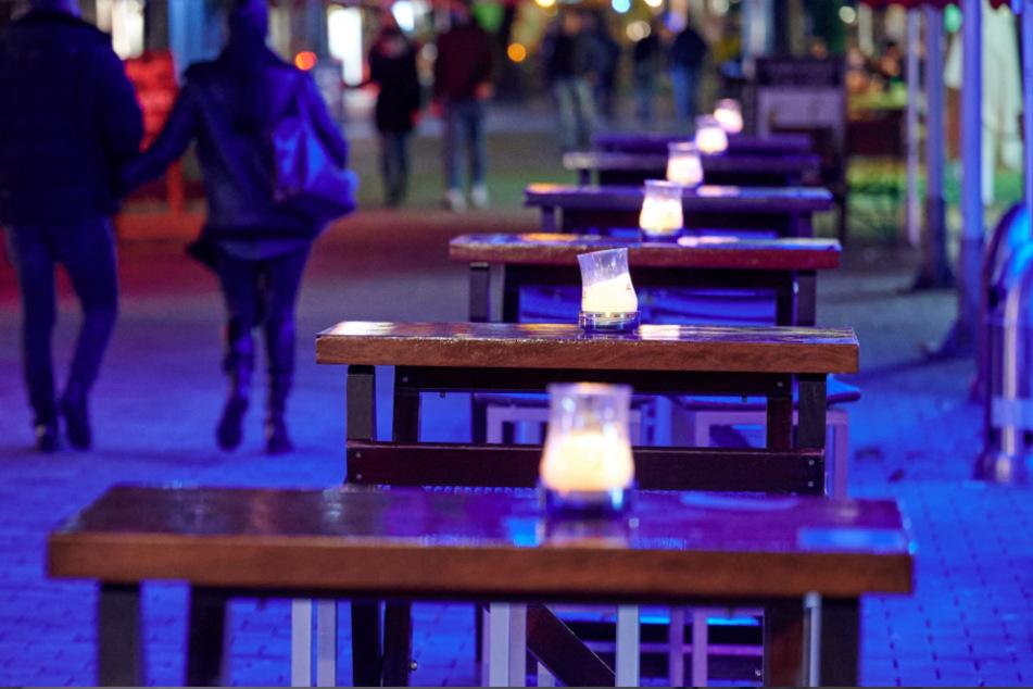 Leere Tische in der Gastronomie für die Dehoga ein Albtraum (Symbolbild).