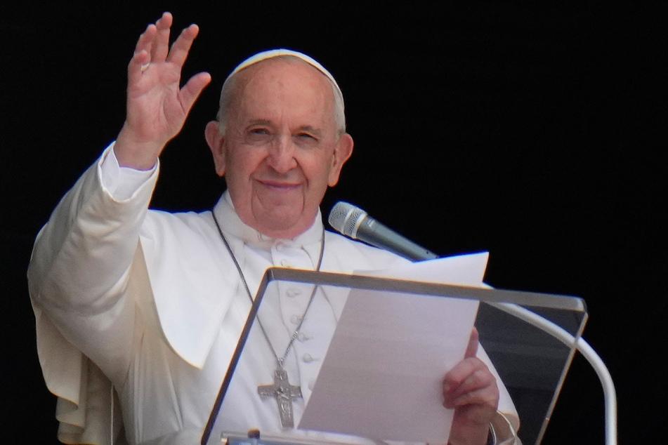 Papst Franziskus (84) grüßt aus dem Fenster seines Ateliers mit Blick auf den Petersplatz, während er das Angelus-Gebet spricht.