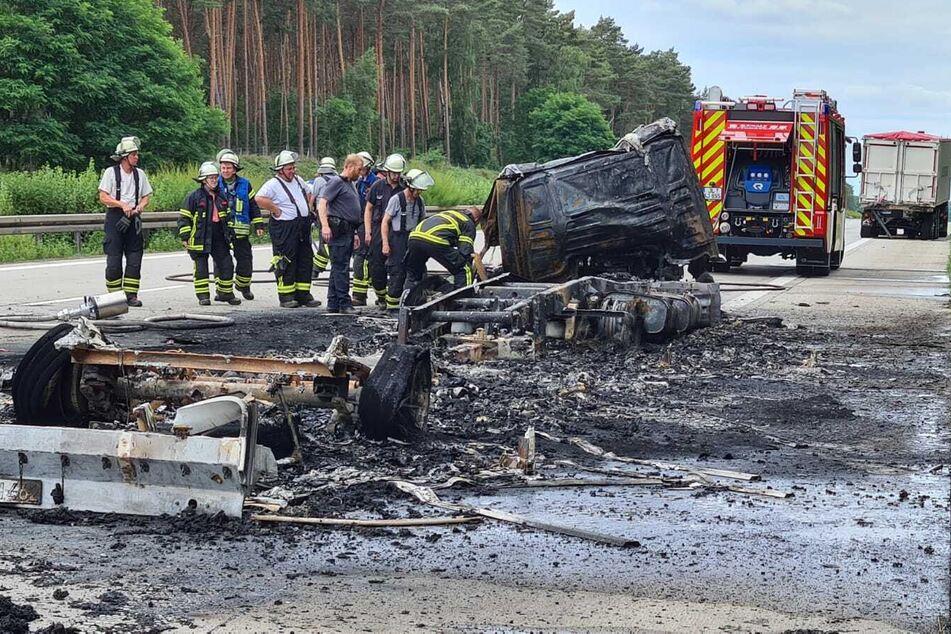 Der Motor des Unfallfahrzeugs hatte sich entzündet - der Lkw brannte komplett nieder.