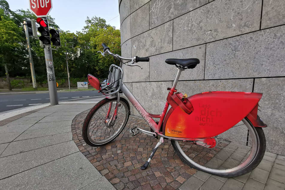 An der Prager Straße nahe dem Leipziger Stadtzentrum wurde dieses rot besprühte Fahrrad gesichtet. Es hat außerdem einen Platten.