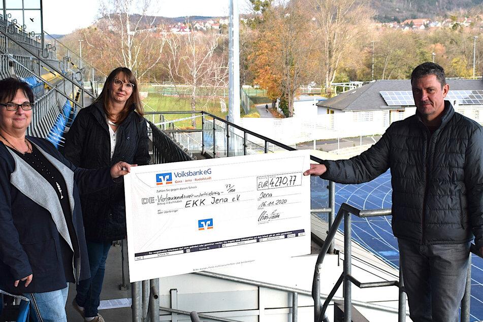 Jenas Geschäftsführer Chris Förster übergibt den Spendencheck an die Elterninitiative für krebskranke Kinder.