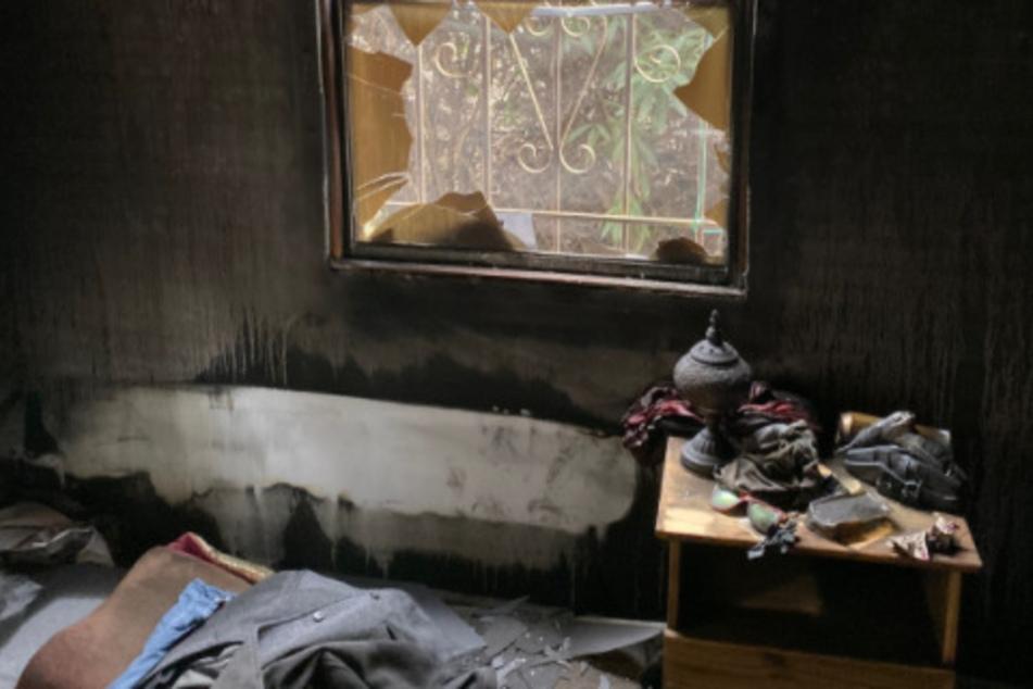 Das völlig verbrannte Zimmer von Cole. Man sieht auch sein Zimmerfenster mit den Gitterstäben davor.