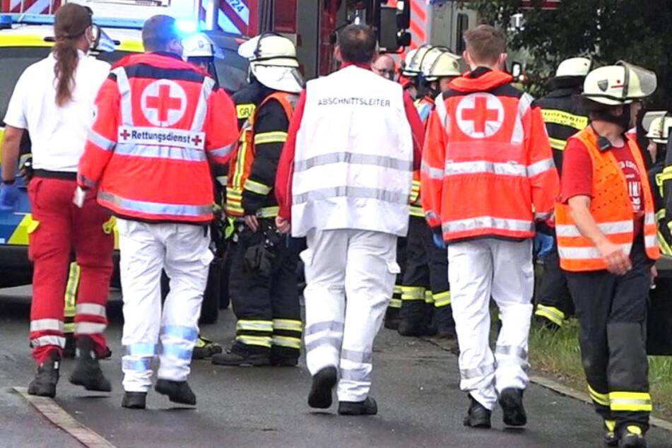 Neben der Polizei waren auch Einsatzkräfte von Feuerwehr und Rettungsdienst vor Ort.