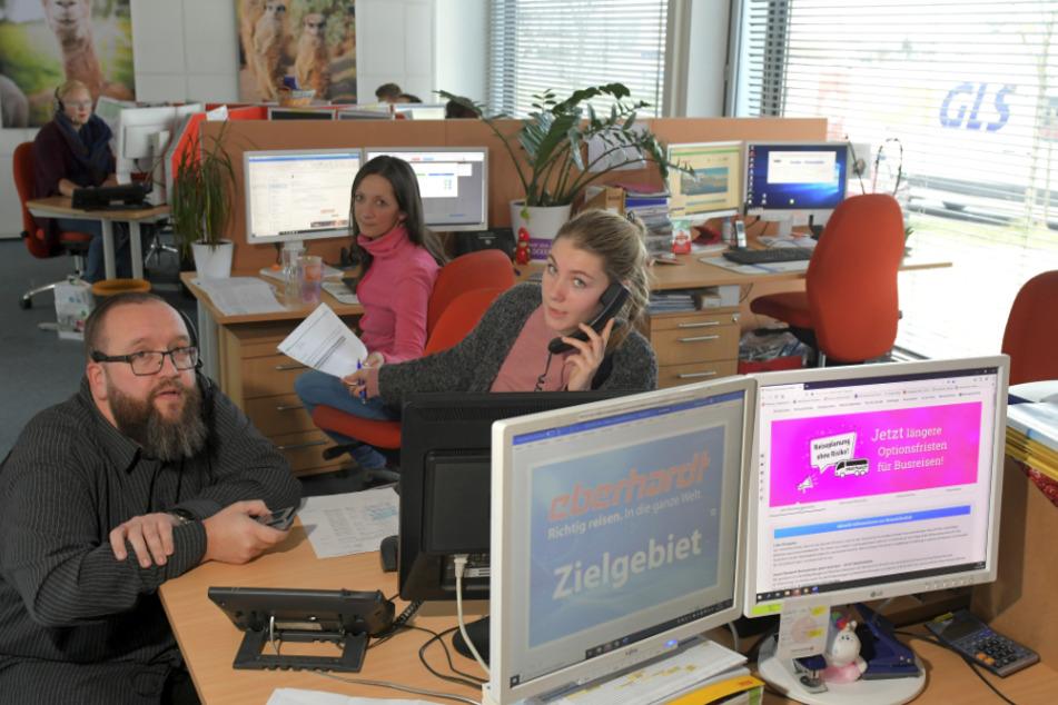 René Wächtler (42), Lea Weigmann (23), Johanna Schilling (30, v.l.) und die anderen Mitarbeiter bei Eberhardt Travel haben derzeit alle Hände voll zu tun.