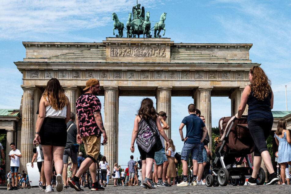 Der Pariser Platz am Brandenburger Tor ist mit Touristen gefüllt.