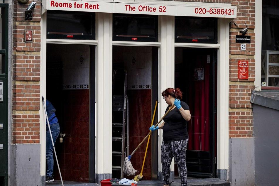 Eine Frau reinigt im Rotlichtviertel Wallen den Zugang zu Räumlichkeiten, die The Office 52 an Sexarbeiter vermietet. Ab 01.07.2020 dürfen nach einem Beschluss der Regierung alle Sexarbeiter im Land wieder uneingeschränkt ihrem Gewerbe nachgehen