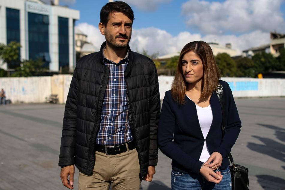 Istanbul im Oktober 2018: Mesale Tolu kommt mit ihrem Mann Suat Corlu zu ihrer Gerichtsverhandlung im Istanbuler Stadtteil Caglayan.