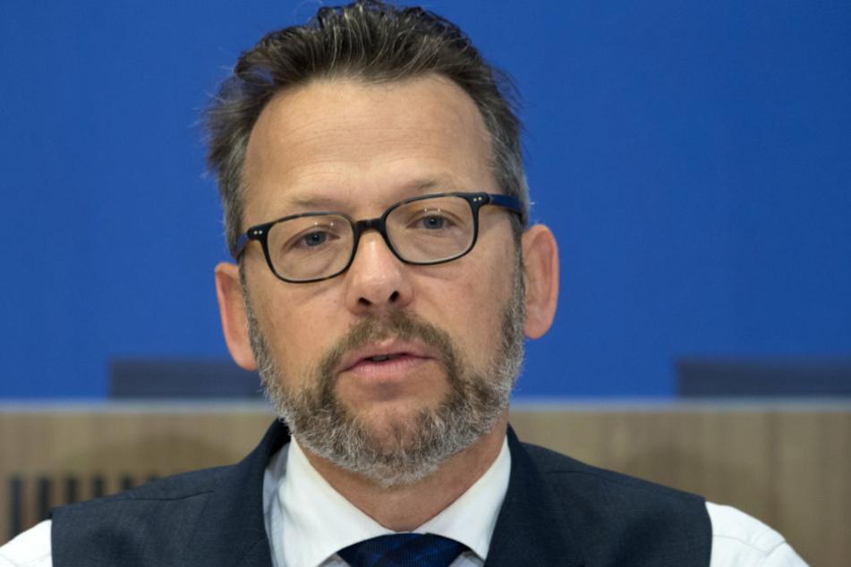 Otto Fricke (FDP) redet während einer Pressekonferenz in Berlin.