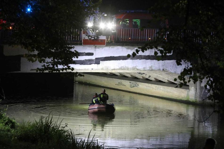 Auch direkt unterhalb der Sachsenbrücke wurde im Wasser nach dem Mann gesucht.