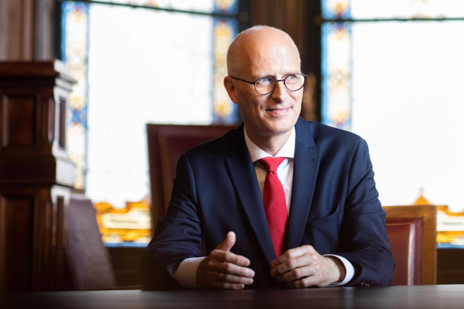 Peter Tschentscher (SPD), Erster Bürgermeister in Hamburg, sitzt im Amtszimmer im Rathaus.