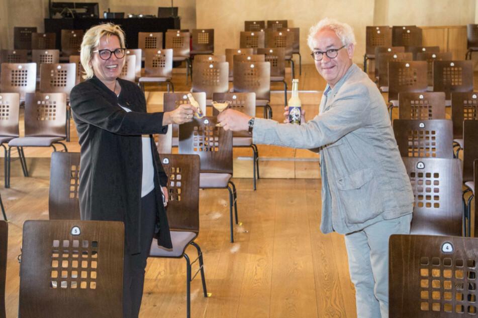Ein Gläschen in Ehren kann niemand verwehren ... Kulturministerin Barbara Klepsch (54, CDU) und Schauspieler Tom Pauls (61) stoßen mit Eierlikör an.