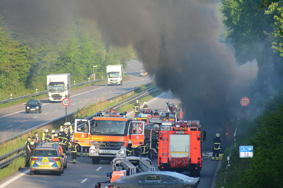Polizei und Feuerwehr sind vor Ort, um den brennenden Lastwagen auf der A24 unter Kontrolle zu bekommen.