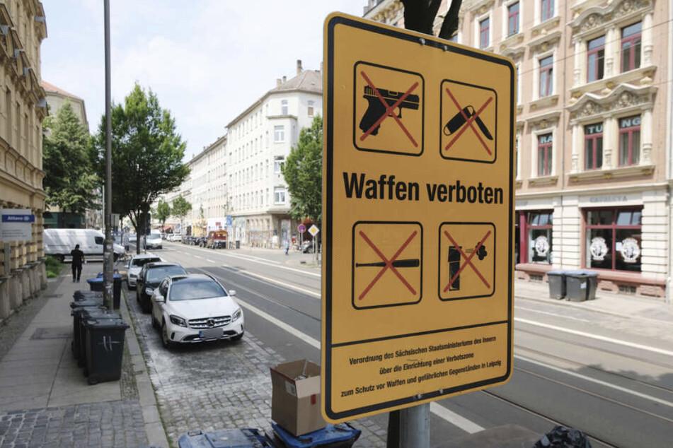 Keine Messer, Schlagstöcke oder Reizgas dürfen mitgeführt werden: Eines der Hinweisschilder der Waffenverbotszone wurde nun geklaut!