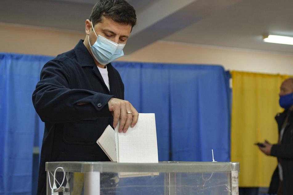 Wolodymyr Selenskyj, Präsident der Ukraine, gibt seine Stimme in einem Wahllokal ab.
