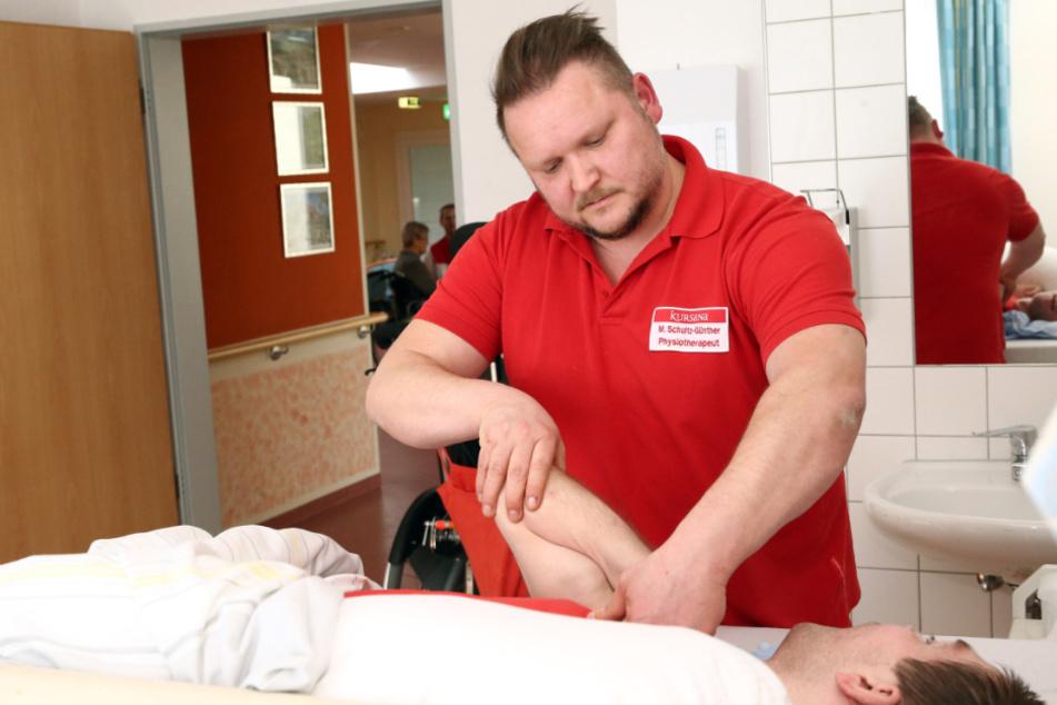 Die Muskeln des Patienten sind erschlafft, müssen deshalb massiert werden.