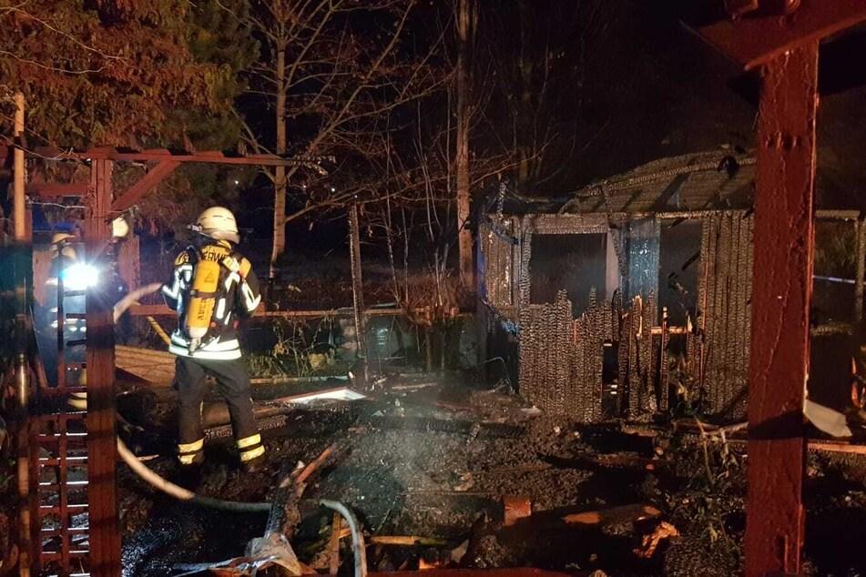 Die Flammen haben das Gartengrundstück völlig zerstört! Sachschaden: etwa 2000 Euro.