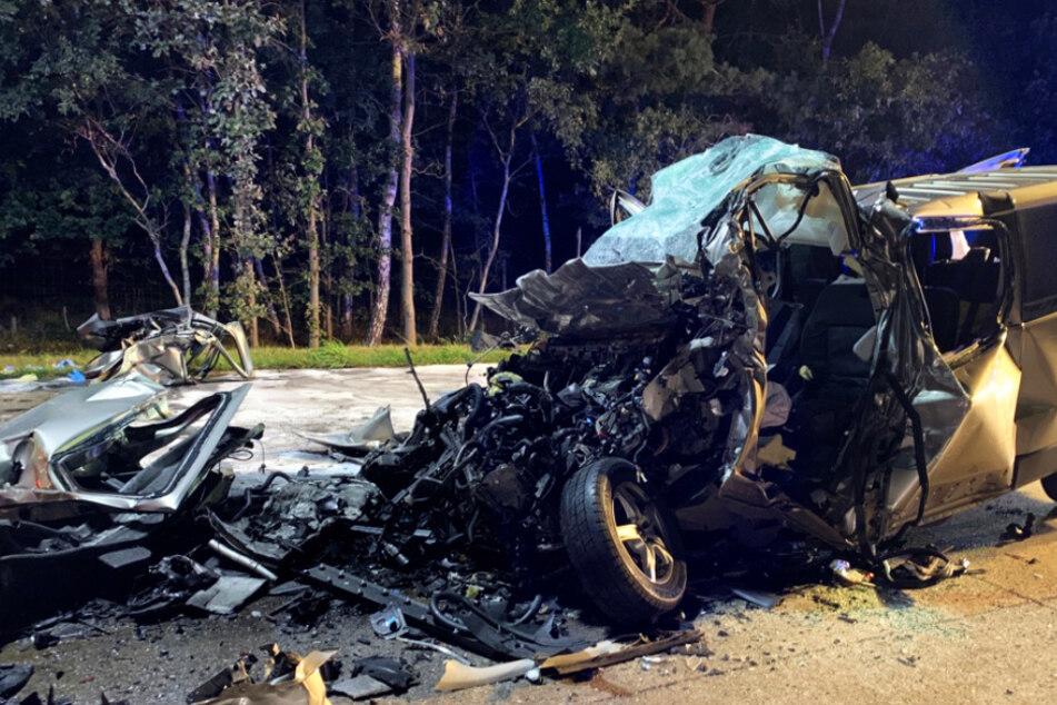 Transporter übersieht Stauende und rast in LKW: Mehrere Tote!